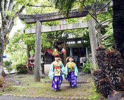 金長大明神を訪れた子どもたち。雨天のため、金長まつりは近くの体育館で開かれた=小松島市中田町