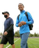 男子100メートルを欠場し、競技場を後にするサニブラウン・ハキーム(右)=米アーバイン(共同)
