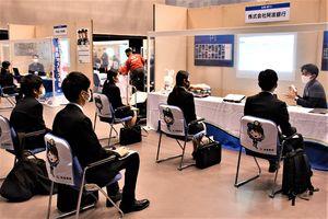 企業の担当者(右端)から業務内容などについて説明を受ける参加者=徳島市のアスティとくしま