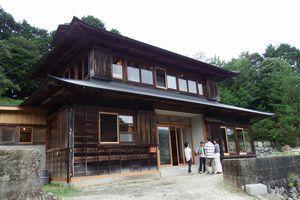 神山町などが古民家を改修して整備した「すみはじめ住宅」の第1号=同町鬼籠野