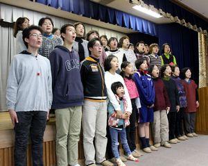 「阿波ベジ讃歌」の練習に励む「あわっ子合唱団」と「グリーンハーモニー」=阿波市市場町の市場総合福祉センター