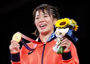 女子57キロ級で優勝し、笑顔で金メダルを手にする川井梨紗子=幕張メッセ