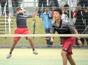 男子決勝・徳島科技対つるぎ 第3ペア戦に勝ち、優勝を決めた徳島科技の田中(左)・中山組=JAバンクテニスプラザ
