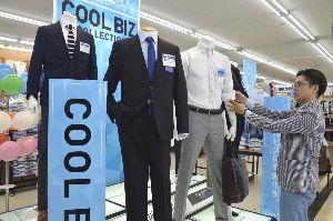 夏でも快適に過ごせるスーツなどが並ぶクールビズコーナー=徳島市沖浜3の「洋服の青山徳島沖浜店」