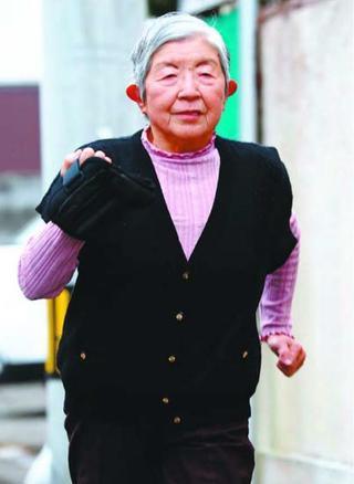 【聖火をつなぐ】⑤ 県内最高齢、練習重ね 谷淑子さん(89)