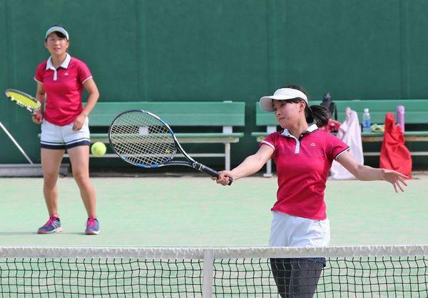 女子ダブルスで熱戦を展開する選手=大神子病院しあわせの里テニスセンター