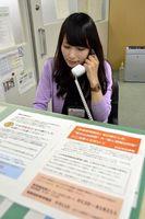 年金情報流出の問い合わせに対応する職員=徳島市山城西4の徳島南年金事務所