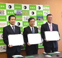 高齢者らの見守りに関する協定書を締結した(左から)湯浅所長、玉井町長、重村所長=板野町役場