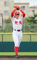 始球式を務める徳島県立阿波高3年の吉本りりかさん=12日、徳島県鳴門市