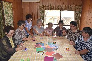 開所した認知症カフェで折り紙を楽しむ住民ら=鳴門市撫養町岡崎
