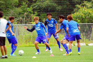 四国ダービー勝利に向け練習に取り組む徳島の選手たち=徳島スポーツビレッジ