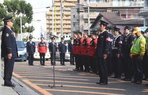 徳島東署で行われた年末年始特別警戒合同パトロールの出発式=徳島東署