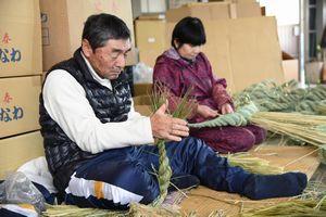 しめ縄を編み上げる職人=鳴門市大麻町の藤川商店