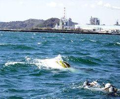 写真を拡大 転覆しているのが見つかった漁船=阿南市沖(徳島海上保安部提供)