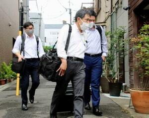 預託商法を展開するVISIONの関係先への家宅捜索を終えた捜査員=23日午前、東京都新宿区