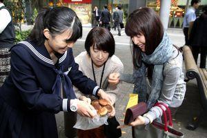 東京でシイタケを売り込む上勝中生(左)=丸の内ビル前(同校提供)
