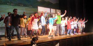 ミュージカルで古里へのUターンを呼び掛ける劇団員ら=豊後高田市(同市農漁村女性集団連絡協議会提供)