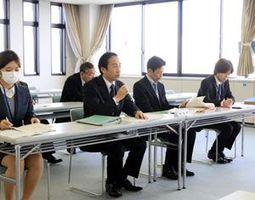 麻産業創出推進事業を断念することを報告する市職員=吉野川市役所
