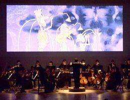 アニメ映像に合わせて演奏するオーケストラ=徳島市のあわぎんホール
