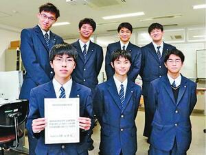 基本情報技術者試験に合格した(上段左から)乃一さん、前田さん、福山さん、南東さん、林さん、尾道さん、原田さん=徳島市の徳島科学技術高