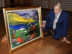 大麻比古神社に油彩画を奉納したマークエステルさん=同神社