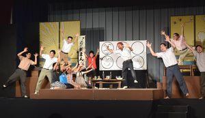 プロの劇団員と一緒に演じる児童=相生小体育館