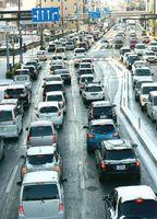 路面凍結のため南方面行き車線が渋滞した国道11号=午前9時ごろ、徳島市新蔵町1
