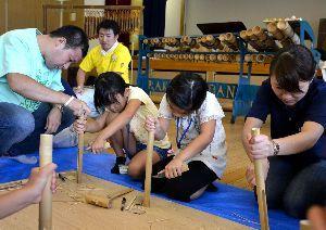 竹を使った楽器作りに取り組む児童ら=阿南市の富岡公民館