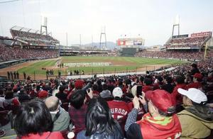 昨年のプロ野球開幕戦で、マツダスタジアムに詰め掛けた大勢のファン=2019年3月、広島市