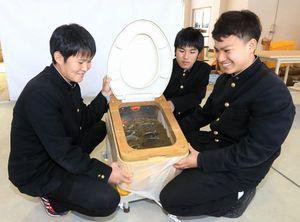 阿南工高の生徒が製作し、最優秀賞に選ばれたバイオトイレ。竹パウダーを使い、尿や便を分解する=阿南市の同校