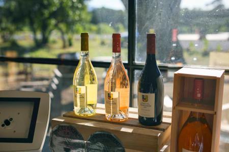 フランス南部の店に並ぶワイン=10日(AP=共同)