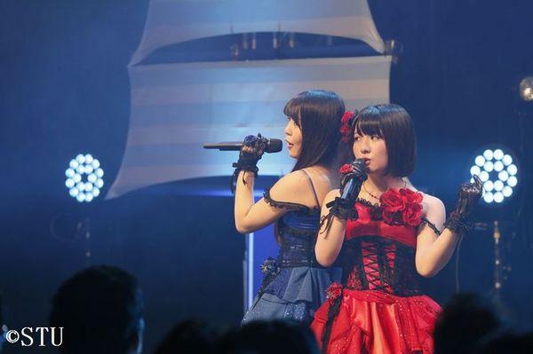 初のライブツアーで熱唱する三島さん㊨、谷口さん(右から3人目)らSTU48のメンバー=9月29日、徳島市シビックセンター