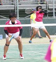 ソフトテニス女子 1回戦を突破した脇町の坂東(右)・井内組=岡山県の備前テニスセンター