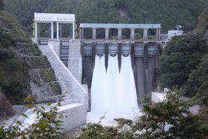台風の大雨に備え、事前放流が行われた長安口ダム=那賀町長安