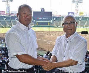 握手を交わし健闘を誓い合う鳴門渦潮の森監督(左)と日本文理の大井監督=甲子園球場