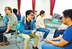 英語や日本語で会話を楽しむ参加者=徳島市新町橋2の阿波おどり会館