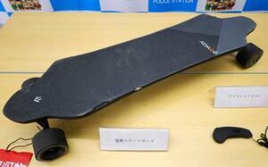 公道で乗用車と衝突する事故を起こした電動スケートボード=2日午前、名古屋・中署