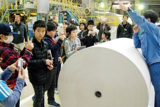 徳島県内児童が取材体験 新聞紙の製造工程学ぶ