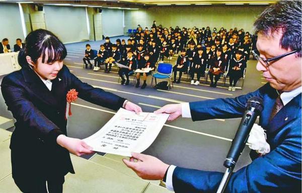 表彰状を受け取る木下美優さん(左)=徳島市の新聞放送会館