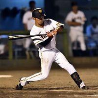 徳島対巨人 5回裏、2死二塁から左前適時打を放つ巨人の増田=JAバンク徳島スタジアム