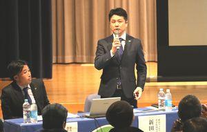 サポーターと意見交換する徳島ヴォルティスの新田社長(右)=藍住町役場町民シアター