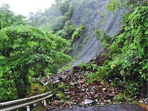 山腹が崩壊し、全面通行止めとなった国道438号=午前10時40分ごろ、神山町上分