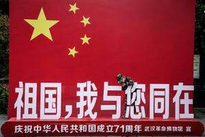 国慶節で設置された国旗がモチーフの看板=7日、武漢(ゲッティ=共同)