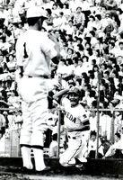 早稲田実業の荒木投手(左)から先制本塁打を打ちガッツポーズする江上選手=1982年8月、甲子園球場