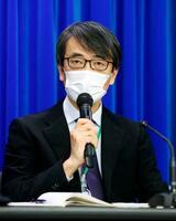 変異型の新型コロナウイルス感染について記者会見する国立感染症研究所の脇田隆字所長=18日午後8時43分、厚労省