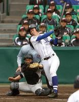 明豊―横浜 4回表明豊2死満塁、藪田が右翼に走者一掃の三塁打を放つ=甲子園