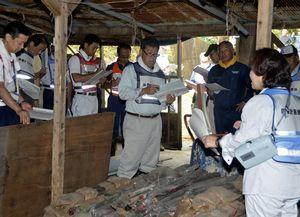 殺処分の手順などを確認する県西部県民局の職員ら=美馬市穴吹町の遊休鶏舎