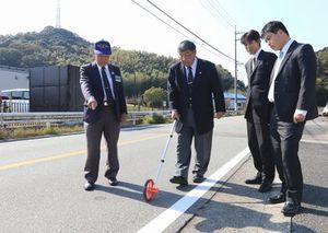 津乃峰地区防災公園周辺で路面の状況を確認する徳島陸協関係者ら=阿南市内