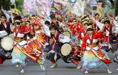第28回YOSAKOIソーラン祭りがフィナーレを迎え、パレードする参加チーム=9日午後、札幌市中央区