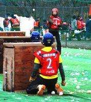 雪球をぶつけ合う選手=三好市東祖谷菅生のいやしの温泉郷グラウンド